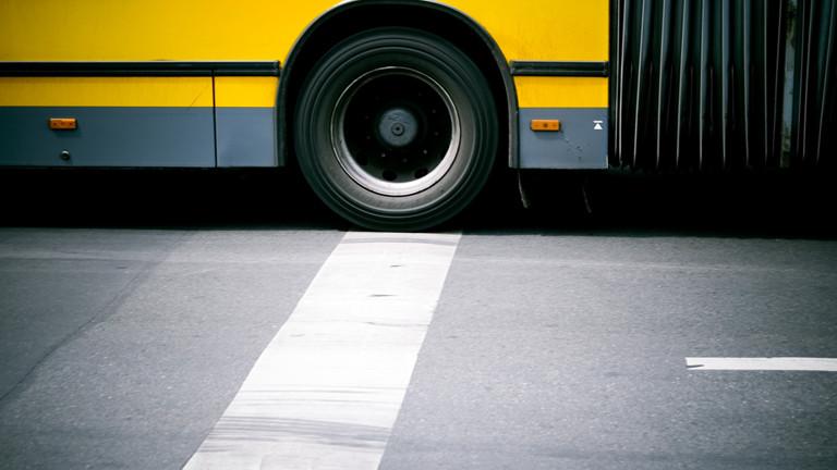 Ein Schulbus oder Omnibus auf der Straße.