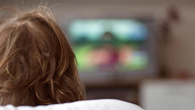 Ein Mann sieht fern.