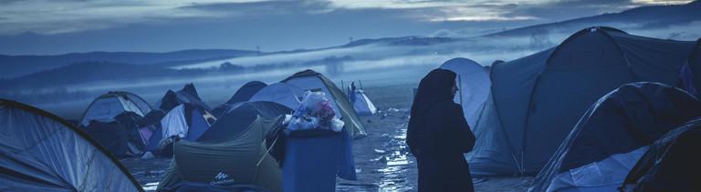 Eine Frau allein in einem Flüchtlingslager an der griechisch-,mazedonischen Grenze 2016.