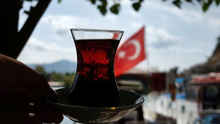 Eine türkische Tasse Tee und eine türkische Fahne.