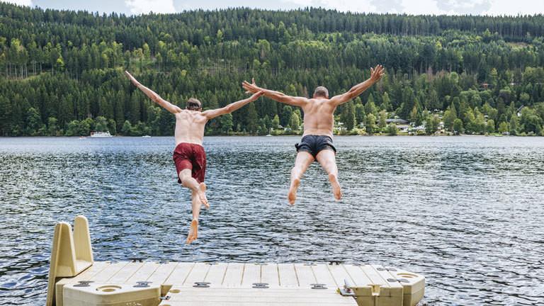 Urlaub See springen schwimmen