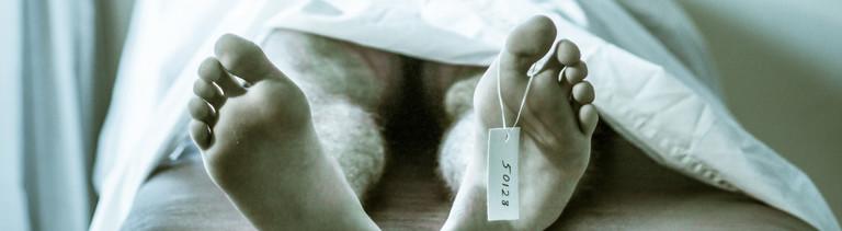 Symbolbild: Die Füße einer Leiche, an einem Fuß hängt ein Zettel mit einer Nummer.