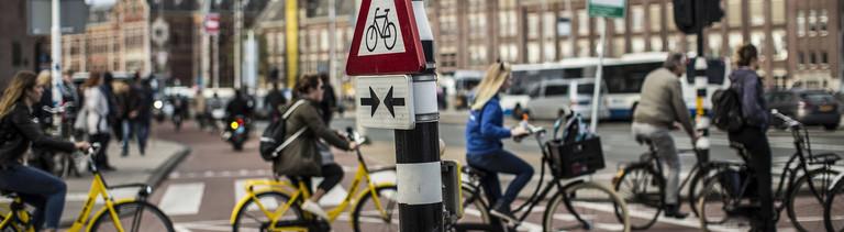 Radfahrer an einer Kreuzung in den Niederlanden.