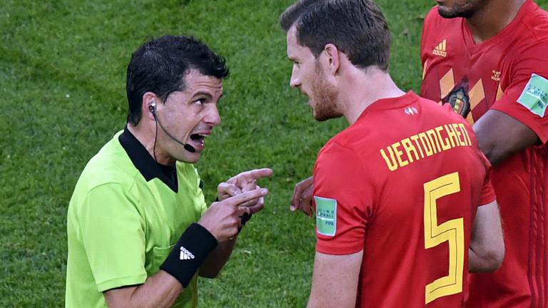 Uruguayischer Schiedsrichter Andres Cunha spricht mit Belgiens Jan Vertonghen während des WM-Halbfinales zwischen Frankreich und Belgien in Sankt Petersburg.