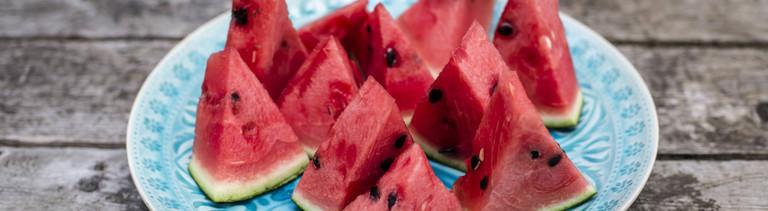 Wassermelonenstücke auf einem Teller.