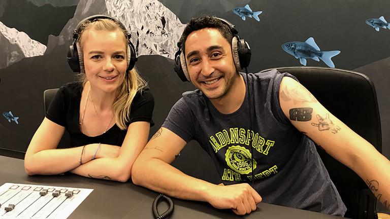 Rapper Eko Fresh mit der Deutschlandfunk-Nova-Moderatorin Jenni Gärtner.