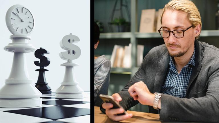 Ein Schachbrett mit Paragrafen und Uhrsymbol und ein Mann, der auf seine Armbanduhr und auf das Handy schaut.