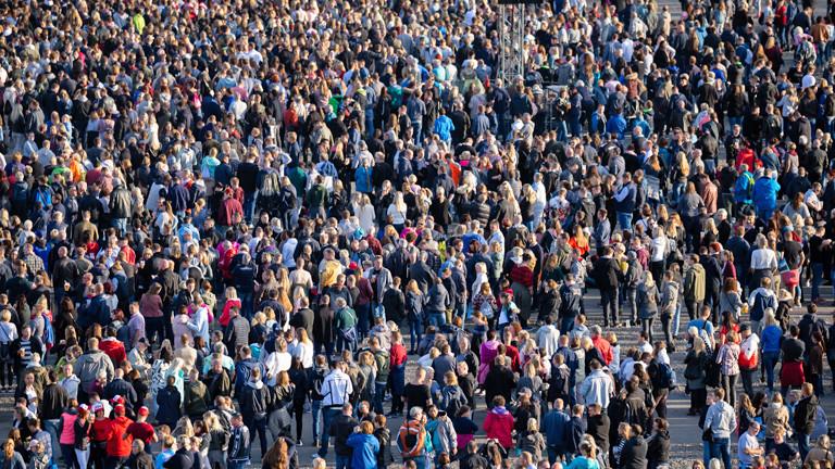 Eine große Menschenmenge.
