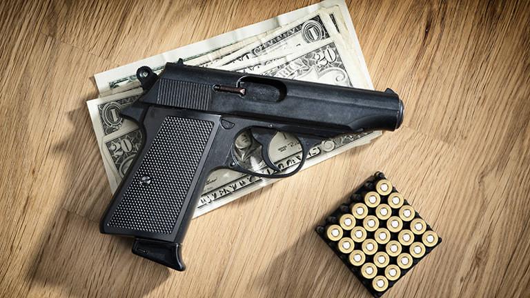 Pistole, Dollarscheine und Munition.