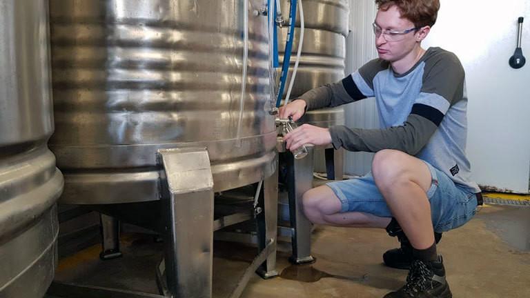 Ben Palmer zapft in seiner Brauerei Bier.