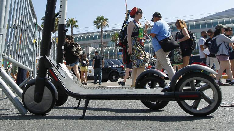 Ein E-Scooter steht auf dem Weg herum.