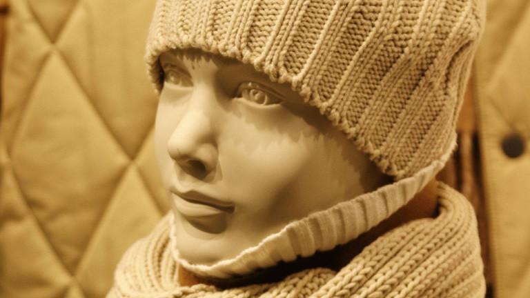 Schaufensterpuppe mit Mütze und Schal.