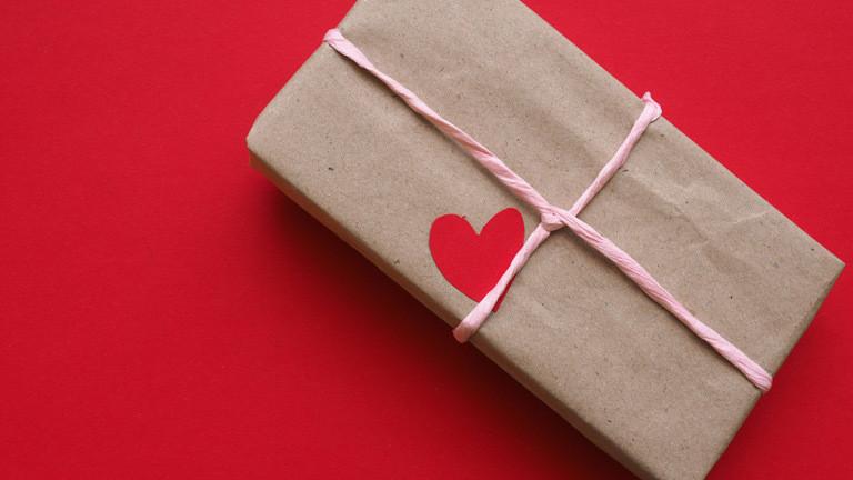 Ein Herz auf einem Geschenk.