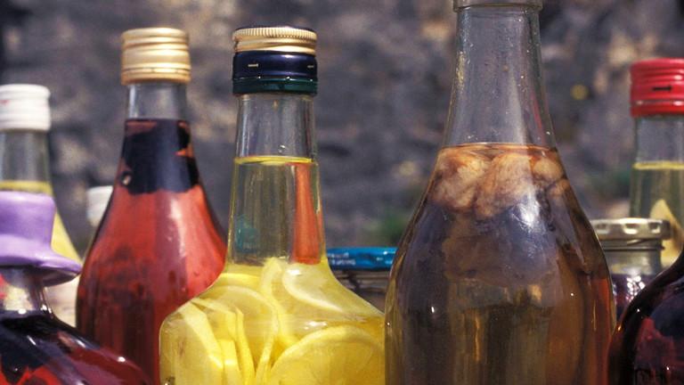 Flaschen mit selbstgebranntem Alkohol