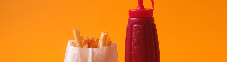 Pommes und Ketchupflasche