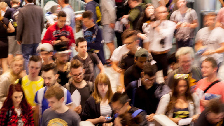 Besucherschlangen auf dem Weg zur Gamescom, die weltweit größte Messe für Computerspiele.