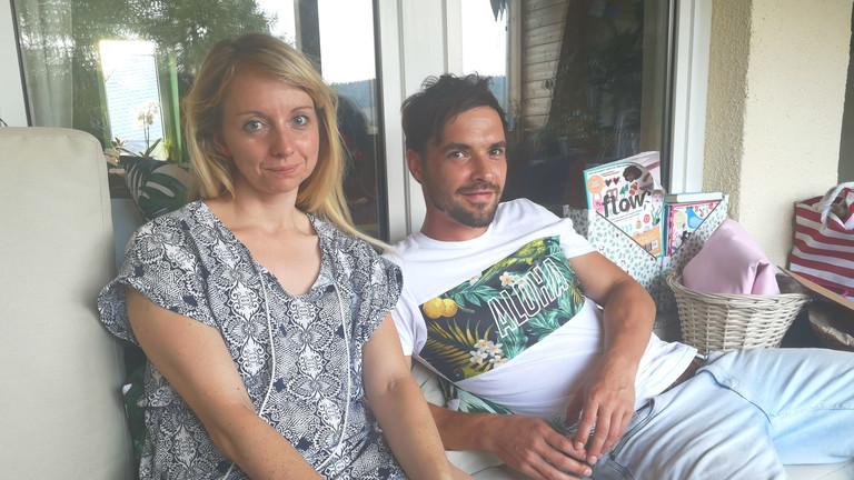 Sophie und Wolfram aus dem Erzgebirge in Sachsen nebeneinander auf der Couch.