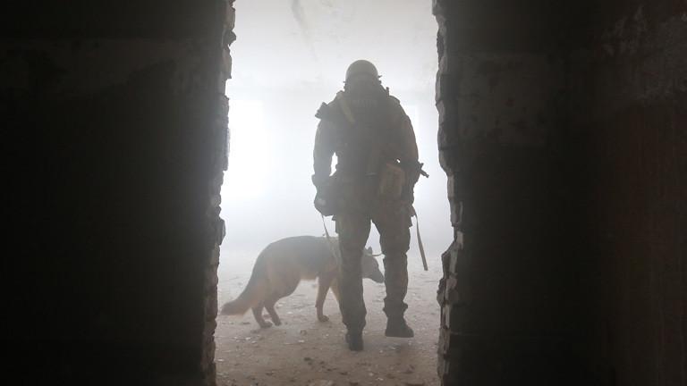 Ein russischer Soldat mit einem Hund.