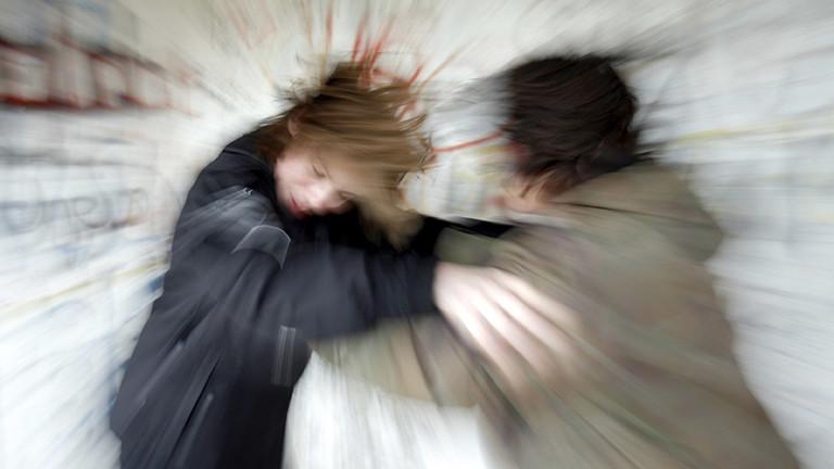 Jugendliche prügeln sich.