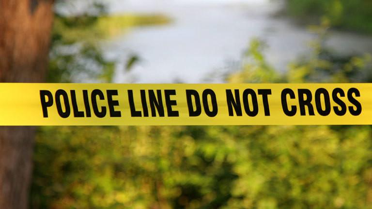 Polizeiabsperrung  an einem Tatort mit einem Flatterband