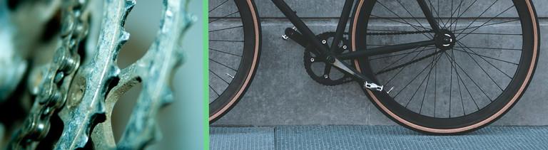Collage aus zwei Fotos: links ist das Ritzel einer Fahrradkette zu sehen; rechts ein schwarzes Fahrrad mit Riemenantrieb