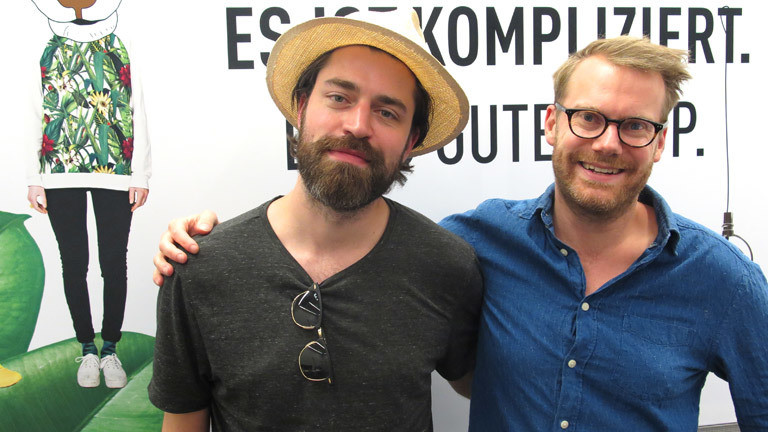J. Bernardt mit Deutschlandfunk-Nova-Moderator Christian Schmitt