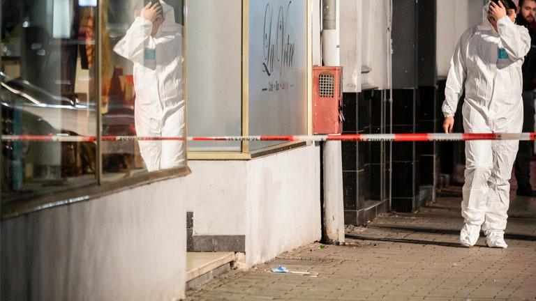 Hessen, Hanau: Die Spurensicherung geht in Richtung des Tatorts am Heumarkt. Durch Schüsse sind im hessischen Hanau mehrere Menschen getötet worden.