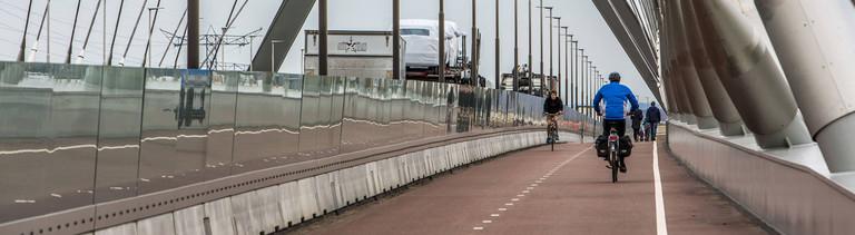 Brücke, die in der niederländischen Stadt Nijmegen über den Fluss Waal führt, extra breit ausgebaute Radwege, getrennt von der Fahrbahn für Autos und LKW,