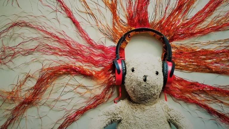 Ein Teddybär mit großen Kopfhörern.