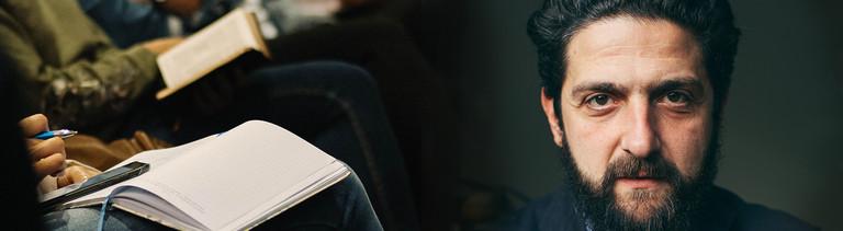 Collage - Links: Buch auf dem Schoß einer Studierenden in einem Seminar, rechts: Portrait des Soziologen Aladin El Mafaalani