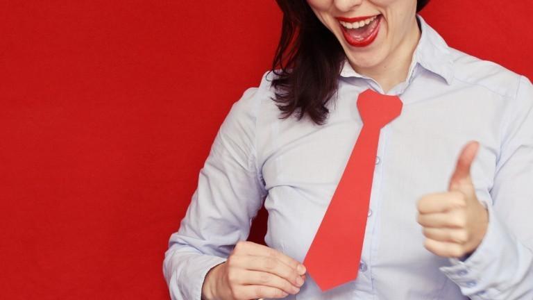 Selbstlob: Eine Frau hebt den Daumen und lächelt selbstverliebt.
