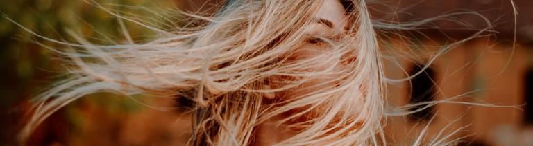 Frau mit langen blonden Haaren.