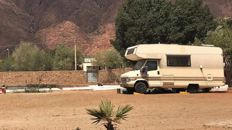 Ein Campingwagen steht auf einem verlassenen Campingplatz.