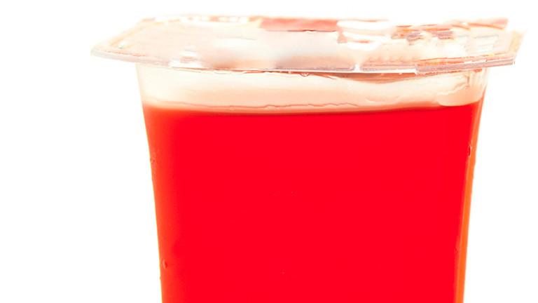Roter Farbstoff in einem Dessert