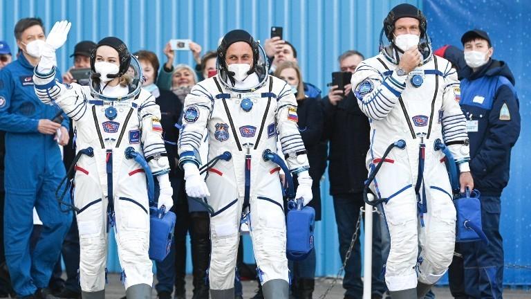 Der russische Astronaut Anton, Schauspielerin Julia Peressild und Regisseur Klim Schipenko auf dem Weg zur ISS.
