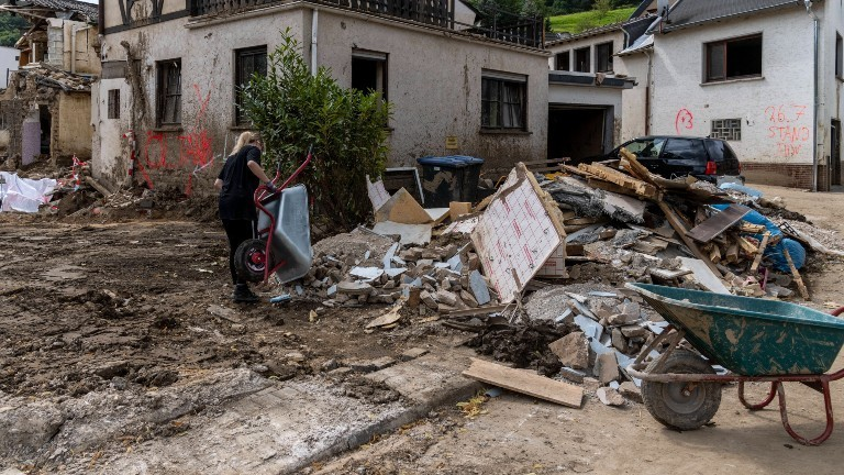 Eine Frau hilft im Ahrtal bei den Aufräumarbeiten nach der Flutkatastrophe.