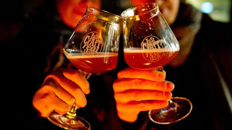 Zwei Bierglässer