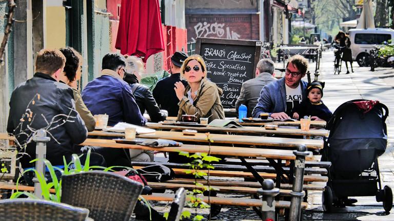 Szene in einem Café in Kreuzberg
