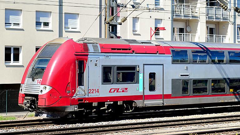 Ein Regionalzug der Societe Nationale des Chemins de Fer Luxembourgeois (CFL) fährt am 06.05.2018 in Petange (Luxemburg) an Wohnhäusern vorbei.