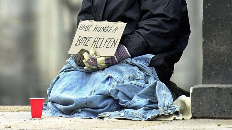 Obdachloser fragt nach Spende