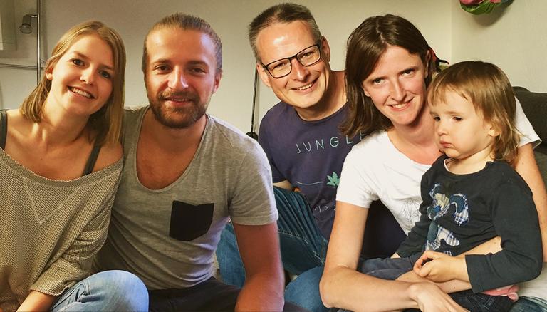 Ann-Christin und Fabio (Paar links) sind beide für den Studiengang Kindheitspädagogik eingeschrieben. Karina hat eine zweijährige Tochter und studiert Medizin - Vollzeit. Ihr Mann Jochen unterstützt sie (rechts)
