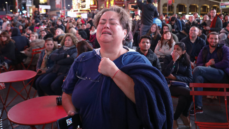 Ein Frau bricht nach der US-Wahl in Tränen aus