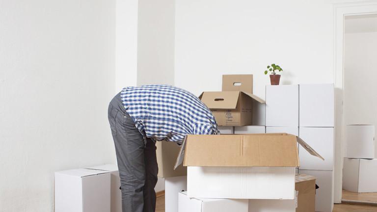 Mann steckt Kopf in Karton