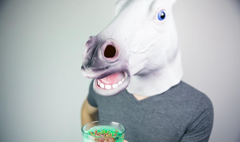 Mann mit Pferdekopf