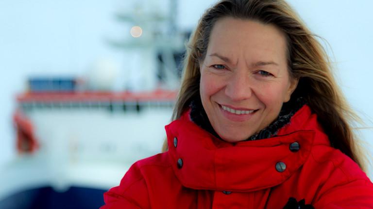 Frau vor einem Forschungsschiff