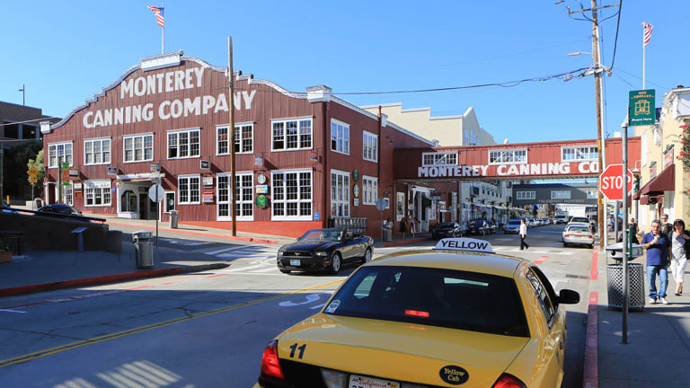 Eine Straße mit einer alten Fabrik