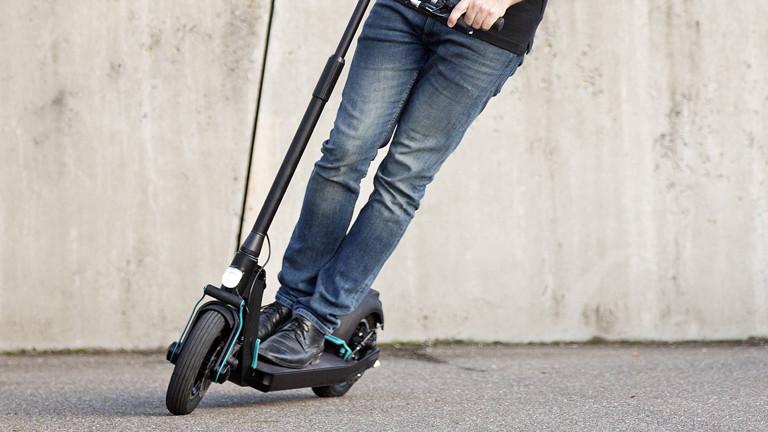 Mann mit einem E-Scooter