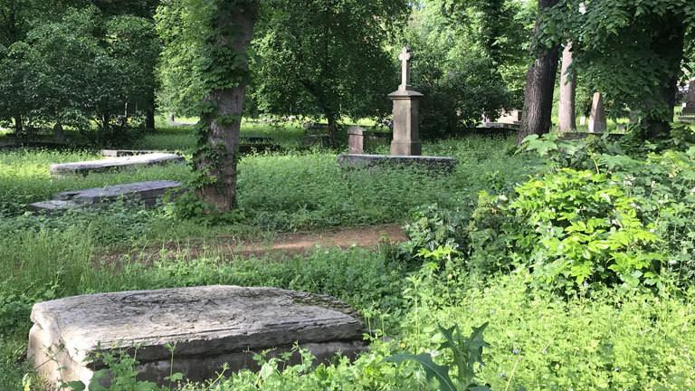 Ansicht eines Friedhofs mit Grabsteinen.