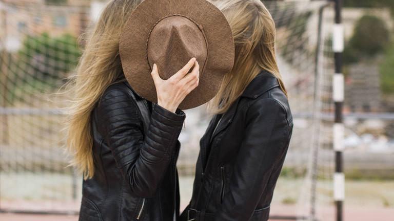 Zwei Frauen flüstern miteinander