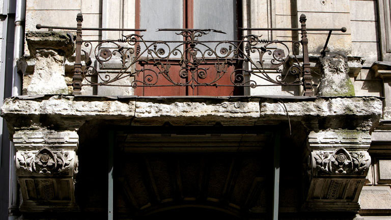 Maroder Balkon eines Gründerzeitgebäudes in Leipzig